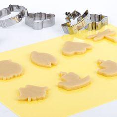 """Ricetta per pasta frolla perfetta per realizzare biscotti da decorare. Una pasta frolla """"anti sgetolamento"""" e facile da preparare, per biscotti da favola !"""