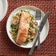 15-Minute Salmon & Creamy Orzo with Spinach & Mushrooms Fast Dinners, Quick Meals, Sunday Dinners, Fish Dishes, Seafood Dishes, Main Dishes, Salmon Recipes, Fish Recipes, Seafood Recipes