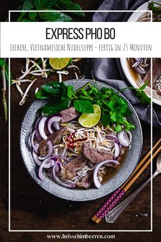 Aromatische Brühe trifft auf Reisnudeln und frische Kräuter. Der Vietnamesische Suppenklassiker ist echtes Feel Good Food. Mit den richtigen Tricks und kniffen dauert die Express-Variante nur 20 Minuten. #suppe #vietnamesisch #asiafood #soulfood