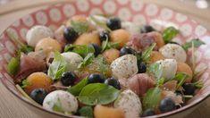 Parmaham en meloen, dat is een match made in heaven. Sandra Bekkari tovert deze gewone combinatie om tot een kleurrijke frisse salade.