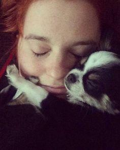 L'amour fort et réciproque d'un chien et sa maitresse  Boris (anciennement Frodo fils de Gypsy et Sammy)  et sa maitresse collés tout les deux pour une sieste    www.machupitouchihuahua.com