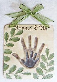 Med alle 4 hænder i og til dørskilt. Salt dough handprint tile.