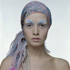 English model Twiggy wearing a patterned headscarf and eye shadow in matching pastel shades, early (Photo by Justin de Villeneuve/Hulton Archive/Getty Images) Carmen Dell'orefice, Patti Hansen, Jean Shrimpton, Lauren Hutton, Hipsters, Film Movie, Twiggy Model, Twiggy Style, Colleen Corby