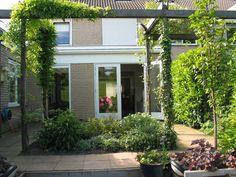 Als de tuin klein is qua oppervlakte is 'extra' groen te maken/ beleven door klim /leiplanten, extra dimensie!