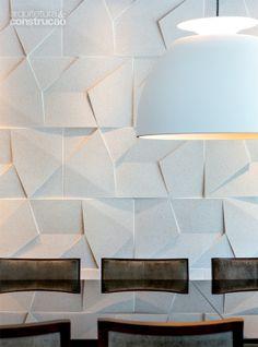 Atrás da mesa de jantar, placas de cimento da Castelatto. A luminária Bossa é da Lumini. Projeto de Frederico Bretones e Roberto Carvalho. Saiba mais sobre a linha, acesse: http://www.castelatto.com.br/produto/18-scaleno/especificacoes