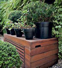 A madeira dá o tom no jardim