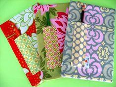 Cadernos encapados com tecidos.