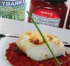 Lomo de #bacalao confitado y gratinado con mayonesa Grupo Ybarra sobre compota de mermelada de tomate LA VIEJA FÁBRICA #MercadoLonjadelBarranco #MercadoSevilla #Sevilla #tapas #Sevillatapas #gastro #gastronomia
