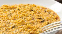 El #risotto es uno de los pilares de la comida norteña en #Italia. ¡Y es que no hay quién le pueda decir que no! Este lleva #crema, #verduras, #piñones e #ibéricos y se llama, como no podría ser de otra manera, RISOTTO IBÉRICO. ¡Para chuparse los #dedos! http://www.latagliatella.es/menu/risotto-arroces/