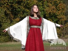 I love linen for medieval garb. Especially when it is dyed red :-)