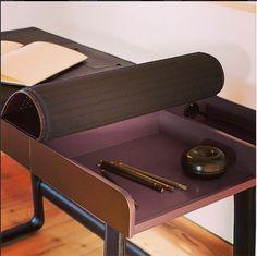 A escrivaninha Pegasus Home Desk é feita em nogueira e couro. Todos os incômodos fios podem ser embutidos na hora do uso! Design Ippolito Fleitz Group e Tilla Goldberg para a ClassiCon.