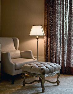 No quarto do casal, com a poltrona Chauffeuse, do designer Piero Lissoni para a Living Divani Living Divani, Living Room, Poltrona Bergere, E Piano, Bench Stool, Corner Chair, Interiores Design, Ottoman, Comfy