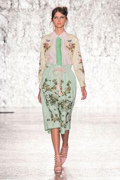 Babados e florais no verão romântico da Vivetta - Vogue   Desfiles