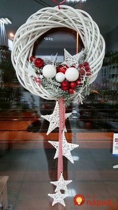 Kúpili len holý kruh z prútia za pár drobných: Keď uvidíte tie úžasné nápady, na prečačkané vence v obchode už ani nepozrite! Christmas Door, Rustic Christmas, Christmas Holidays, Christmas Ornaments, White Ornaments, Christmas Swags, Christmas Projects, Holiday Crafts, Christmas Ideas