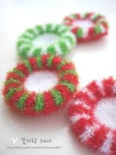 [코바늘]레나 크리스마스 리스 수세미 : 네이버 블로그 Knit Crochet, Crochet Earrings, Diy Crafts, Knitting, Christmas, Handmade, Cast On Knitting, Xmas, Hand Made