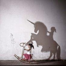 Photo Kelly Tan - enfants - kids - photography - imaginary digital art - imagination - mise en scène - jeu d'ombre - ombre - shadow - licorne - unicorn