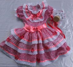 Lindos vestidos de festas juninas Caipiras, enfeitados com fitas , bordado inglês e laços, grátis tiara junina Cute Dresses, Flower Girl Dresses, Summer Dresses, Neck Designs For Suits, Ag Doll Clothes, Cloth Bags, Frocks, Baby Dress, Kids Outfits