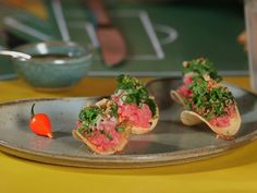 Chips de mandioca com 'carne de ona' e farofa de po preto e pinho (Foto: Reproduo GNT)