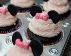 Minnie Mouse giant cupcake cake and cupcakes Minnie Cupcakes, Fondant Cupcakes, Cute Cupcakes, Cupcake Cakes, Fondant Toppers, Birthday Cupcakes, Cupcake Toppers, Party Cupcakes, Cupcake Ideas