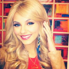 victoria justice, blonde, curls, and her blue contacts, wow.