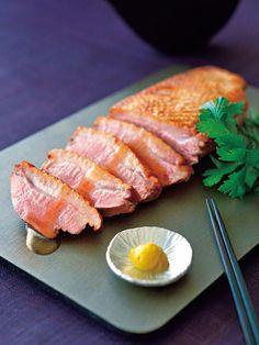 名店「吉兆」の創業者である湯木貞一氏の思いを継承すべく誕生した「北新地 湯木」。店の名物として愛されている料理のひとつが河内鴨のすき鍋。今回は、同じ鴨を使った、手軽にいただける逸品をご紹介。河内鴨は、明治初期創業の飼育農家「ツムラ本店」が手がける高級銘柄。一般的には孵化して平均50日前後で出荷のところ、河内鴨は75日。脂肪分が適度に抑えられ、それだけ熟した肉質に。付属のソースや和辛子を添えると肉の旨みが際立つ。名店ならではの上品な装いなので、贈り物にも最適。<DATA>「河内鴨ロース」¥7,000(本体価格、2個以上ご購入の場合はお届け先が1カ所なら1個分の送料でお届け)内容/鴨ロース260g、タレ30g、和辛子5g冷蔵便※賞味期限は、冷蔵で5日>>購入はこちら