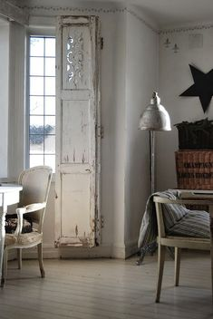 Vintage Shutters - attached to the window trim with hinges. The shutters are used in place of curtains - via HVÍTUR LAKKRÍS: God fortsättning ❤ samt helgens öppettider. Indoor Shutters, White Shutters, Interior Window Shutters, Old Shutters, Interior Windows, Inside Shutters For Windows, Distressed Shutters, Wooden Front Doors, Wood Doors