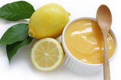 Citrony omyjeme, jejich kůru nastrouháme a vymačkáme z nich šťávu. Kůru i šťávu dáme do hrnce, přidáme cukr se žloutky a vyšleháme mixérem. Na mírném ohni za stálého míchání uvaříme hladký krém. Poté odstavíme z ohně a přidáme máslo, které necháme rozpustit. Opět promícháme a použijeme podle potřeby. Poznámka: Citronový krém je výborný například na palačinky, omelety, lívance nebo do zákusků.