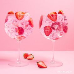 Weekend-ul a venit, Gordon's Pink&Tonic am pregătit! Tag unui prieten care ar socializa cu tine la un pahar 😁🍸 Gin Cocktail Recipes, Cocktail Drinks, Alcoholic Drinks, Cocktails, Party Drinks, Beverages, Gin And Lemonade, Pink Drinks, Christmas Drinks