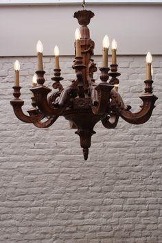 Imposante grote houten kroonluchter. Prachtig ambacht! www.dewirwar.nl