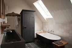 Nostalgische badkamer met losstaand bad