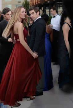 Nate Archibald, Serena van der Woodsen wearing J Mendel,and Dan Humphrey. The Effective Pictures We Offer You About REd dress backless A quality Gossip Girl Dresses, Gossip Girl Outfits, Gossip Girl Fashion, Gossip Girl Nate, Estilo Gossip Girl, Gossip Girls, Straps Prom Dresses, Dress Prom, Dress Formal