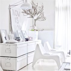 Puur witte loungezone, bij de schuifpui, in een woonkamer die door een uitbouw is vergroot.