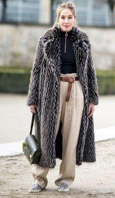 Con jeans, sneakers, faldas o pantalones sastre, los abrigos de piel se convierten en un buen aliado en los looks contra el frío.
