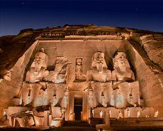 Abu Simbel: espectáculo de luz que se sucede dentro del propio templo debido a lo que premeditadamente calcularon los arquitectos egipcios. En los meses de febrero y octubre el sol avanza e ilumina progresivamente el interior del templo hasta que llega a la estancia que contiene las figuras que representan a Ramsés II, y a los dioses del sol Ra, y Amón, sin embargo deja en la penumbra la figura del dios de la oscuridad Ptah.