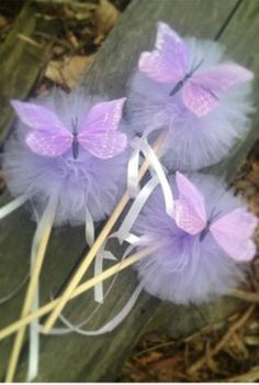 Topiaries with tulle pom poms, tutorial - Give Details - Topiaries with tulle pom poms, tutorial – Give Details - Butterfly Birthday Party, Fairy Birthday Party, 1st Birthday Parties, Girl Birthday, Festa Party, Diy Party, Fairy Wands, Deco Originale, Ballerina Party