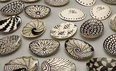 Tangle soapdishes Susan Bach Orlando FL click now for info. Seashell Painting, Seashell Art, Seashell Crafts, Beach Crafts, Stone Painting, Ceramic Pottery, Ceramic Art, Rock Crafts, Arts And Crafts