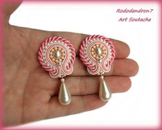 Soutache earrings great wedding idea for bride от Jewelry Knots, Fabric Jewelry, Boho Jewelry, Beaded Jewelry, Handmade Jewelry, Shibori, Beaded Earrings, Clip On Earrings, Hand Embroidery Videos