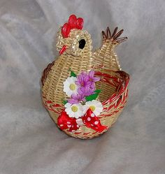 Newspaper Basket, Newspaper Crafts, Old Newspaper, Paper Weaving, Arts And Crafts, Diy Crafts, Paper Beads, Basket Weaving, Sewing Hacks
