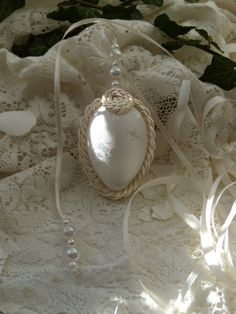 Edle OSTER EI-Dekoration mit Perlen u. Bändern von Aus dem Rosengarten auf DaWanda.com