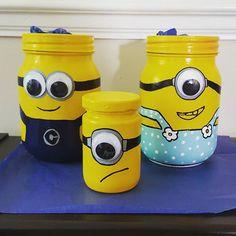 Minion Jars! Mason Jar Gifts, Mason Jar Diy, Kilner Jars, Glass Jars With Lids, Bottles And Jars, Jar Crafts, Bottle Crafts, Plastic Bottle Art, Kids Bottle