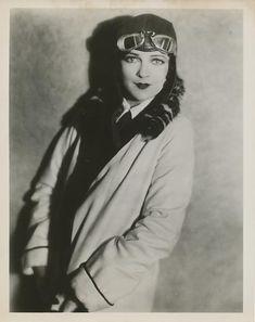 Jacqueline Logan, aviatrix