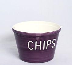 Chips Malva / Blanco Recipiente de cerámica de color malva y blanco. Medidas: alto: 14 cm, diámetro superior: 21 cm, diámetro inferior: 14,5 cm.