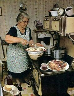 Vintage Kitchen Grandma Cooking Supper More - Vintage Pictures, Old Pictures, Old Photos, Old Kitchen, Vintage Kitchen, Kitchen Retro, Bella Kitchen, Victorian Kitchen, Alter Herd