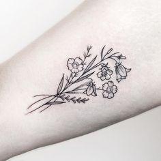 50 Small and Delicate Floral Tattoo Ideas – Brighter Craft 50 kleine und zarte florale Tattoo-Ideen – Brighter Craft Little Flower Tattoos, Flower Tattoo Designs, Simple Flower Tattoo, Tattoo Ideas Flower, Dainty Flower Tattoos, Simple Line Tattoo, Birth Flower Tattoos, Tattoo Flowers, Bee And Flower Tattoo