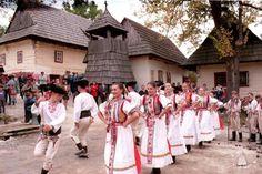 Návštevníci Vlkolínca môžu na drevenú maketu Domu UNESCO pripevňovať šindle s menom, krajinou a dátumom svojej návštevy osady.