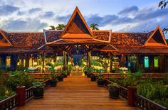 Angkor Village Resort and SPA is located halfway between the temple of Angkor Wat and the city of Siem Reap.