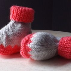 Chaussons bébé tricotés, gris perle et rose vif Knitted Hats, Beanie, Etsy, Boutique, Vintage, Knitting, Fashion, Knitted Slippers, Vibrant