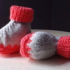 Chaussons bébé tricotés, gris perle et rose vif