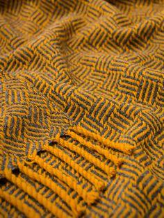 """Manta 100% lã com padrão """"vintage"""". Feita a partir de lã de ovelha da Serra da Estrela."""