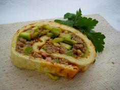 Kæmpe madpandekage med fyld af oksekød og grønne grøntsager